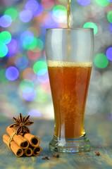Obraz grzane gorące piwo na tle bokeh  - fototapety do salonu