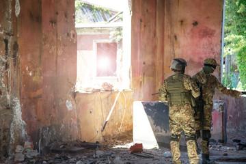 soldati in assetto di guerra durante un pattugliamento