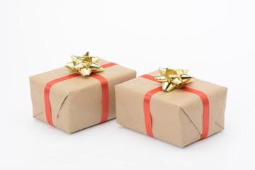 Caja de regalo con lazo amarillo y cinta roja