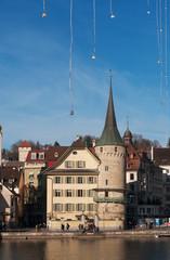 Svizzera, 08/12/2016: le luci di Natale e lo skyline della città medievale di Lucerna, famosa per i suoi ponti di legno coperti