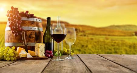 Czerwony i biały wino słuzyć na drewnianych deskach, winnica na tle