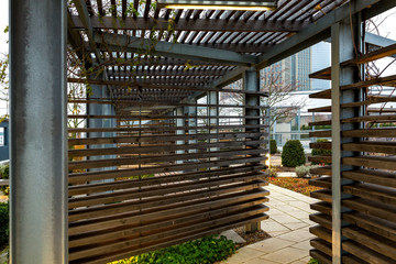 Dachterrasse mit Holzkonstruktion als Sonnenschutz