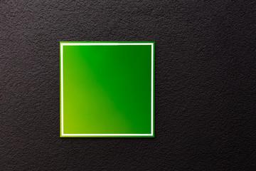 grünes Quadrat auf schwarzer Wand Hintergrund