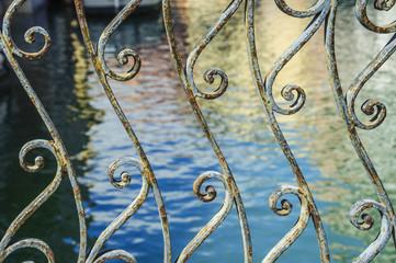 Gländer einer Brücke in Venedig