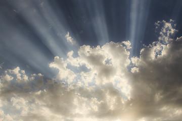 Raggi di sole tra le nuvole al tramonto.