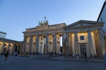 Foto op Aluminium Berlijn Brandenburger Tor bei der Dämmerung in Berlin