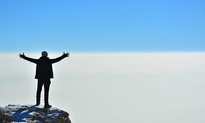 Bulutların Üzerindeki Güçlü Erkek Silüeti