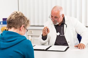 Arzt mit Patientin in Beratung und Untersuchung