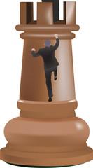 persona si arrampica sopra alla torre
