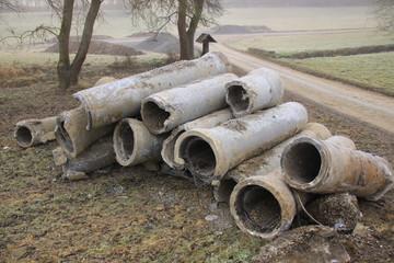 Abwasserrohre werden nach dem Ausbau zwischen gelagert