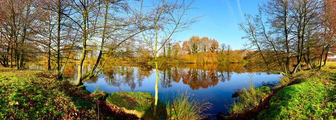 Idyllische Landschaft mit Fluss im Herbst