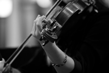 Hand girl playing the violin in black and white