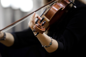 Hand girl playing the violin