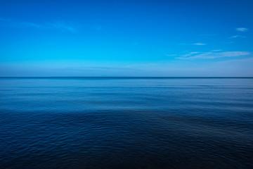 Poster Mer / Ocean Tranquil dark and deep ocean with blue sky