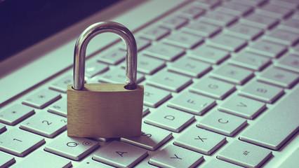 Schloss auf Tastatur als Symbol für Datenschutz im Internet.