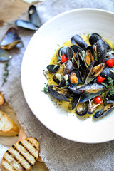 Steamed mussels with butter, bread and saffron
