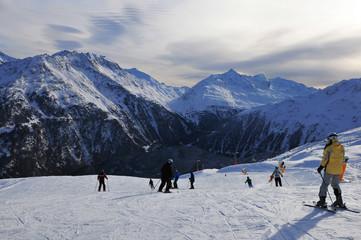 Austria: Wintersportler bei der Abfahrt in Sölden im Tirol