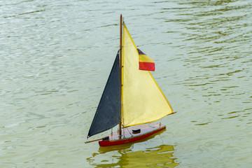 barche a vela sull'acqua