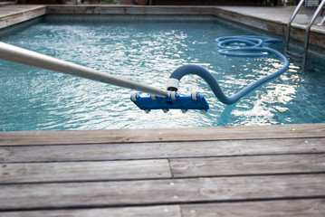 Cleaning swimming pool with vacuum tube cleaner