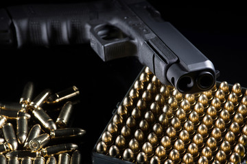Patronen und Handfeuerwaffe