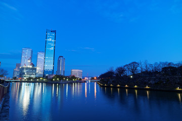 都市の夕暮れ OBPのビル群と寝屋川