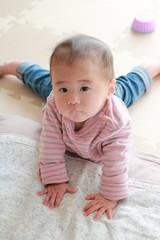 上体を起こす赤ちゃん