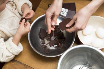 チョコレートを割る親子