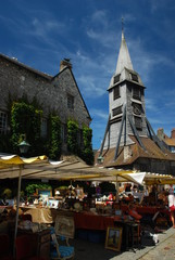 Brocante devant le clocher de l'église Sainte-Catherine de Honfleur, Normandie