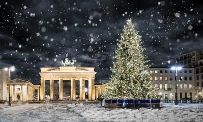 Photo sur Plexiglas Berlin Brandenburger Tor in Berlin mit Weihnachtsbaum bei Nacht und Schneefall