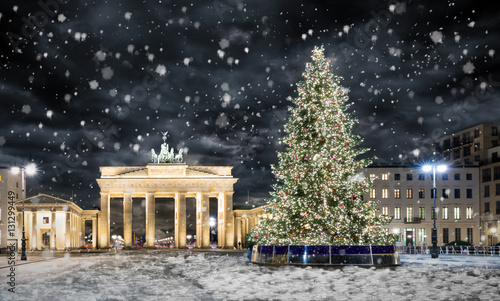 brandenburger tor in berlin mit weihnachtsbaum bei nacht. Black Bedroom Furniture Sets. Home Design Ideas