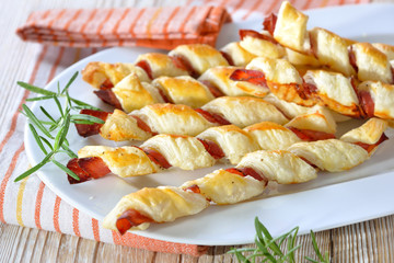Luftiges Gebäck: Herzhafte Blätterteig-Schinken-Stangen mit Kräutern - Baked hearty puff pastry sticks with bacon and herbs