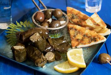 Saganaki mit Weinblättern und Oliven