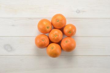 Naranjas sobre fondo de madera blanca