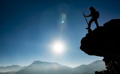 kayalıktaki yalnız dağcı ve başarı