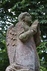 sandsteinfigur betender engel