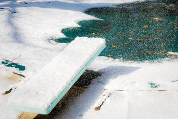 Snowy diving board in winter: Unexpected snowfall in the South makes unexpected scenes