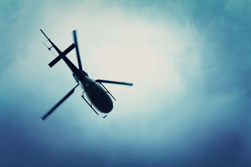 Photo sur Plexiglas Hélicoptère Helicopter flying in the blue sky