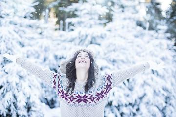 Frau im Winter Freiheit