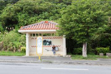 沖縄旅行をする若い女性