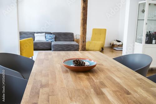gem tliches wohnzimmer mit einem gro en holztisch 131360050. Black Bedroom Furniture Sets. Home Design Ideas