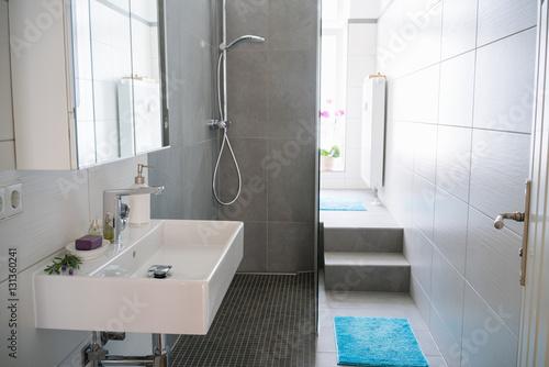 blick durch die offene t r in ein modernes schmales bad stockfotos und lizenzfreie bilder auf. Black Bedroom Furniture Sets. Home Design Ideas