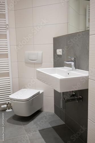 kleines badezimmer in grau und wei stockfotos und lizenzfreie bilder auf bild. Black Bedroom Furniture Sets. Home Design Ideas