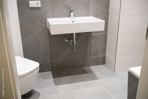 Wei es eckiges waschbecken in einem neuen bad photo for Eckiges waschbecken