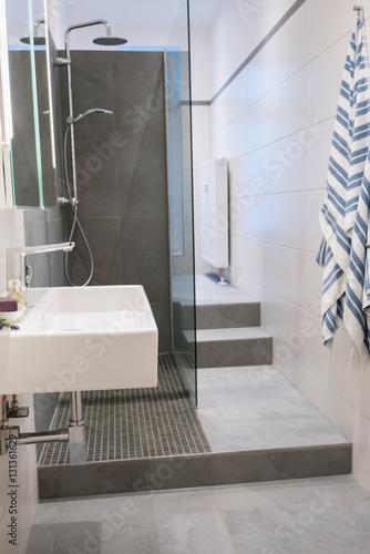 Schmales badezimmer mit dusche stockfotos und lizenzfreie bilder auf bild 131361629 - Schmales badezimmer ...