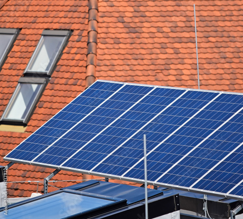 Solar Panels On The Top Of A Building Stockfotos Und