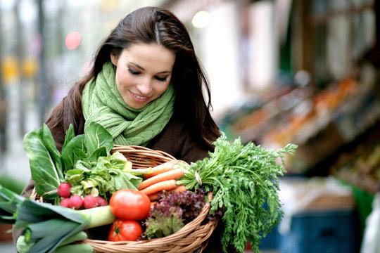 Frau mit Gemüse vom Biomarkt