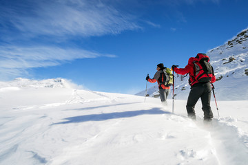 Photo sur Aluminium Alpinisme ski mountaineering in snowstorm