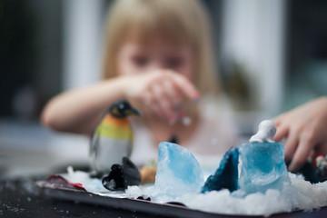 Дети играют в зимнии игры дома