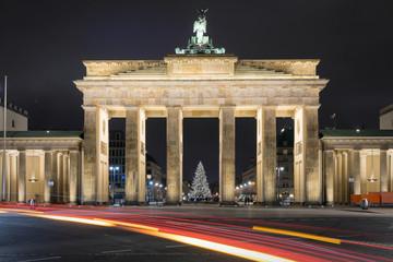 Brandenburger Tor in Berlin mit Weihnachtsbaum und vorbeifahrenden Autos