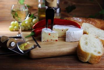 сыр камамбер с красным перцем,специями и багетом